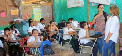 La Secretaria durante su visita, llevó a los alumnos agua, libros, cuentos, entre otros implementos que apoyarán su proceso educativo.