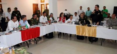El coronel Rogers Martínez Verdugo, comandante del Departamento de Policía de Magdalena Medio, entrega el parte de la seguridad en esa zona del país.