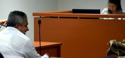 Momentos en que era presentado en audiencia por uso de documento falso y fuga de presos. Se supone que tenía que estar en Bucaramanga purgando una pena por fraude procesal.