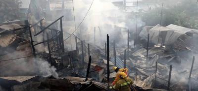 Al cierre de esta edición, al menos siete casas estaban siendo consumidas por las llamas en un asentamiento humano llamado 3 de Octubre. Un cortocircuito sería la causa.