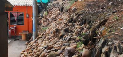 Las grandes cantidades de agua que caen por estos días sobre los taludes hacen que haya mayor riesgo de deslizamiento. En barrios legales es posible construir muros de contención, pero en asentamientos urbanos ilegales la invitación de las autoridades es a que no se hagan excavaciones de tierra.