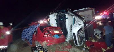 Dentro del vehículo rojo quedaron las dos personas que fallecieron en el accidente. Debido a que quedaron aprisionadas, los organismos de socorro tuvieron que utilizar elementos para cortar las latas y recuperar los cuerpos.
