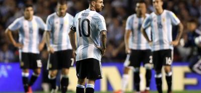 Argentina y Perú empataron 0-0 en la penúltima fecha de las Eliminatorias Suramericanas, resultado que deja a la 'Albiceleste' pendiendo de un hilo, puesto que a falta de la jornada del martes ocupa el sexto lugar que lo deja fuera del Mundial de Rusia 2018.