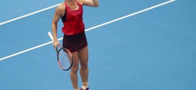 La rumana Simona Halep celebra su triunfo de ayer ante la letona Jelena Ostapenko que la clasificó a la final de Pekín y la eleva a lo más alto del tenis femenino, al ser la nueva número uno del mundo a partir de mañana.