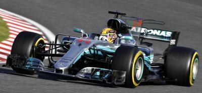El británico Lewis Hamilton (Mercedes) ganó ayer el Gran Premio de Japón de Fórmula Uno. Con ese triunfo, el inglés elevó hasta los 59 puntos su renta al frente del Campeonato del Mundo pues su principal rival por el título, el alemán Sebastián Vettel (Ferrari), abandonó.