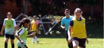El Colegio Panamericano (de amarillo) goleó 4-0 a Sabana de Torres y quedó a un paso de meterse en las semifinales del Festival Ponyfútbol Femenino.