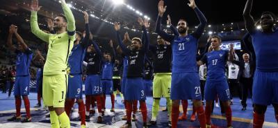 Los jugadores de la selección de Francia celebraron con la afición la clasificación a la Copa Mundo de Rusia 2018, tras vencer en el estadio de Saint Denis a su similar por 2-1, y favorecerse de la derrota de Suecia a manos de Holanda por 2-0.