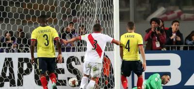 El árbitro había decretado tiro libre indirecto, pero Paolo Gerrero cobró directo al arco de Ospina.