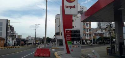 El poste está en un carril de la avenida Quebradaseca.