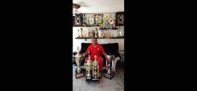 Durante toda su carrera, Expéncer ha levantado unos 50 trofeos. Como asistente técnico de la Selección de mayores en los Juegos Odesur en 2014, en Chile, vistió la camiseta de Colombia.