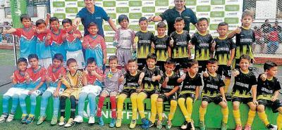 La Liga Santandereana de Fútbol, en asocio con la empresa Herbalife, hizo entrega en la tarde de ayer de 1.100 uniformes a niños de 50 clubes, acto que se realizó en la cancha Marte.