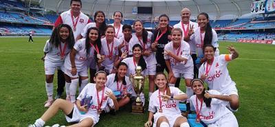 Este es el grupo de jugadoras de Botín de Oro que ayer se coronó campeón de la IX Copa Claro de Fútbol Femenino, tras derrotar en la final al equipo del Valle A por 2-1.