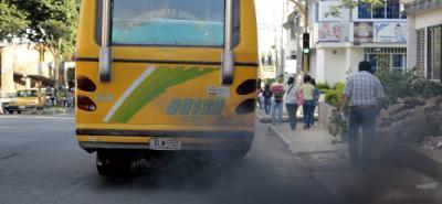 Además de ser 'peligros ambulantes', los viejos buses contaminan más el aire de la capital santandereana.