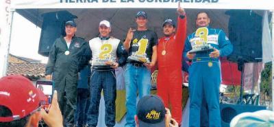 El piloto santandereano Jhon Jairo Jaimes y su copiloto, Durley Pinzón Oliveros, lograron ayer subir al podio del Rally II Nacional de Velocidad de Gómez Plata, Antioquia.