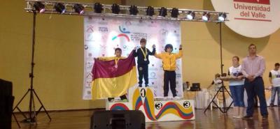 A lo más alto del podio, en su primer certamen nacional, subió Alejandro Gómez, joven esgrimista santandereano quien ganó oro en la categoría 10 años, modalidad sable.
