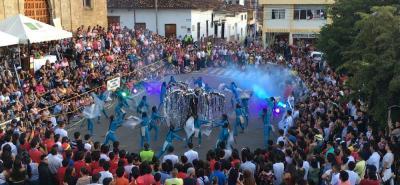 El parque Antonia Santos del Socorro se quedó pequeño para cientos de espectadores que disfrutaron de las coreografías del desfile de comparsas que tuvo como tema el séptimo arte.