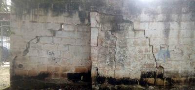 Esta es la apariencia actual del muro que divide al Sector 14 de Bucarica con el Club del mismo nombre, que denota el descuido y riesgo para los residentes de la zona.