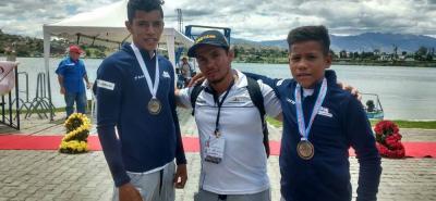 En la gráfica, de izquierda a derecha, Dany Alexánder Palencia, Javier David Pérez (entrenador santandereano) y Héctor Julián Morales, en Ibarra, Ecuador, con su medalla de bronce.