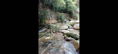 Con el paso del tiempo, la estructura ubicada sobre la quebrada Aguablanca se ha socavado, al punto que amenaza con colapsar de no ser intervenida.