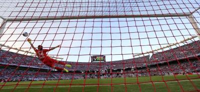 Con un magistral gol de tiro libre el volante colombiano Edwin Cardona abrió el cmaino de la victoria de Boca Juniors en el llamado Suérclásico del fútbol argentino ante River Plate, en el mismísimo Monumental, en donde el once 'Xeneize' se impuso por 2-1.