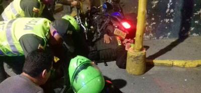 Instante en el que eran atendidos los dos policías luego de que sufrieron el accidente de tránsito en el centro de Bucaramanga.