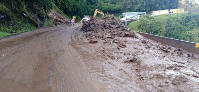 De Bucaramanga a Cúcuta hay identificados varios sectores viales con potencialidad de deslizamientos, que presentan paso vehicular con intervalos de media hora.