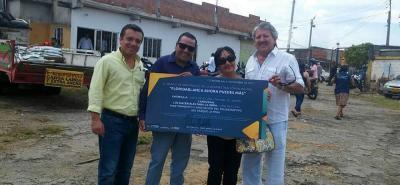 La semana pasada en un acto especial en el barrio La Cumbre, se realizó la entrega simbólica de la carta cheque a la JAC de Cañaveral para garantizar la obra en la cancha múltiple La Pera.