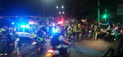 La motocicleta se estrelló con la patrulla en la carrera 12 con Avenida Quebradaseca, donde la Policía había instalado un bloqueo para evitar la fuga de los sospechosos.