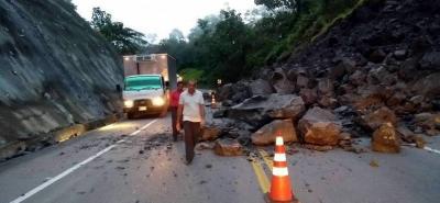 Paso restringido a un carril en la vía Bucaramanga-Barrancabermeja por derrumbe