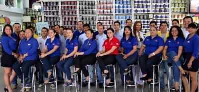 Este es parte del equipo de trabajo de Pintumezclas, empresa especializada en la fabricación y comercialización de pinturas, productos y servicios afines.
