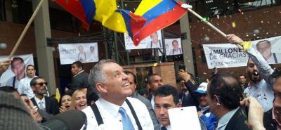 Alejandro Ordóñez entregó las firmas para avalar su campaña presidencial