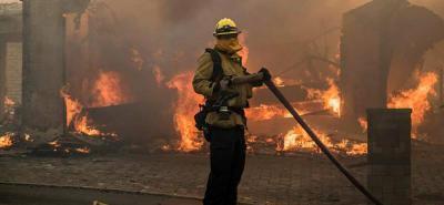 Un potente incendio quemó 31.000 acres de terreno (125,5 kilómetros cuadrados) y consumió al menos 150 edificios.