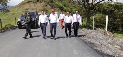 Durante su reciente visita a Guadalupe, el Gobernador de Santander, Didier Tavera Amado, supervisó la pavimentación de la vía Guadalupe - El Tirano en compañía del Alcalde, Libardo Romero, y el secretario de Infraestructura, Mauricio Mejía.