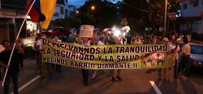 Decenas de personas marcharon ayer por las calles del Diamante II para exigir una pronta intervención de las autoridades.