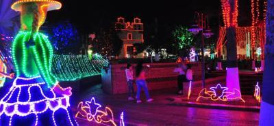 Una atractiva, novedosa y original iluminación navideña que rinde homenaje a los cañicultores de Güepsa, podrá ser apreciada por propios y visitantes durante esta temporada de Navidad.