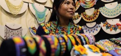 Una indígena de la etnia Embera Chamí vende pulseras y otros elementos durante la feria Expoartesanías.
