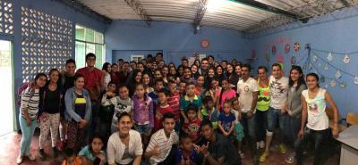 """Este es el grupo de estudiantes, profesores, padres de familia y comunidad en general de la vereda Buena Vista en compañía de los integrantes de la organización juvenil """"Ciudad Más""""."""