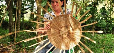 Delfina Arenas es una de las fieles tejedoras de canastos que siguen las enseñanzas en este arte que aprendió de su señora madre. Con esta ardua y delicada labor, se mantienen activas y fuera de eso contribuyen de forma definitiva en la obtención de recursos económicos para el sustento.
