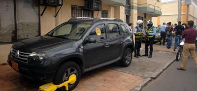 Vehículo que esté mal parqueado será inmovilizado con un cepo.