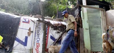 En una vivienda improvisada con tablas, lonas y zinc, donde vivía Gustavo Vargas Martínez, de 53 años, fue encontrado su cuerpo sin vida.