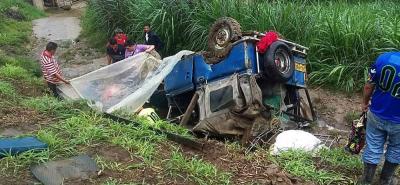 Vehículo rodó 30 metros por un abismo en Santander: cuatro heridos