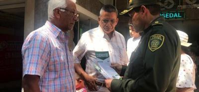 En cabeza del comandante de la Policía Metropolitana de Bucaramanga, brigadier general Juan Libreros, cientos de uniformados se tomaron los bancos, centros comerciales y cajeros automáticos del área metropolitana.