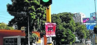 Denuncian publicidad ilegal en semáforos de Bucaramanga
