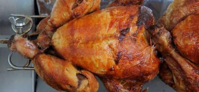 Las elementos que pesan para que los consumidores demanden carne de pollo son el color y su precio.