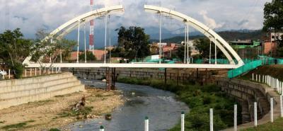 En una extensión de 34.000 metros cuadrados se levanta la estructura metálica de arco de aproximadamente 60 metros sobre el río Frío.