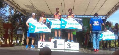 Este es el podio de la categoría menores damas, con tres santandereanas, Stephany López, Laura Mina y Zuana Mina.