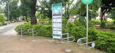 La imagen muestra los parquedaderos de bicicletas situados en el parque Olaya Herrera.