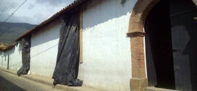 El vídeo que circula por redes sociales indica que las ventanas están siendo ampliadas, lo cual está prohibido por ser parte de un Monumento, que su fachada no debe tener cambios.