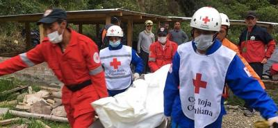 En la vía Pasto - Putumayo, todavía hay rescatistas en búsqueda de más cuerpos.