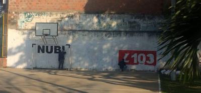 El mural con la publicidad de la aspirante a la Cámara Nubia López apareció en horas de la mañana de ayer, en la cancha del barrio Conucos, lo que generó molestia en el sector.